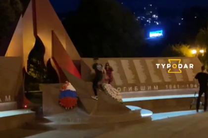 Российские подростки попрыгали на мемориале Победы и заинтересовали полицию