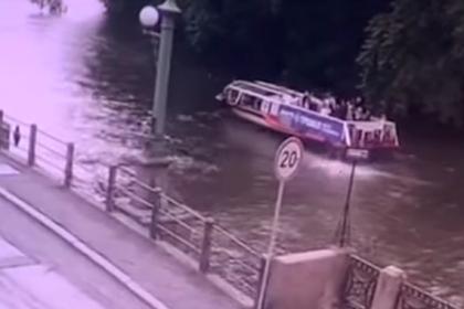 Россияне спасли упавшего с катера в реку мальчика и попали на видео
