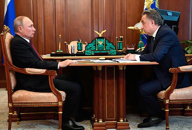 Президент РФ Владимир Путин и генеральный директор АО «ДОМ.РФ» Виталий Мутко