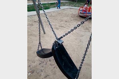 Российский пенсионер устал от шума и повесил замки на детской площадке
