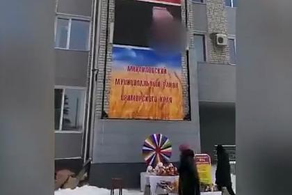 Включившего порно на уличном экране россиянина оштрафовали