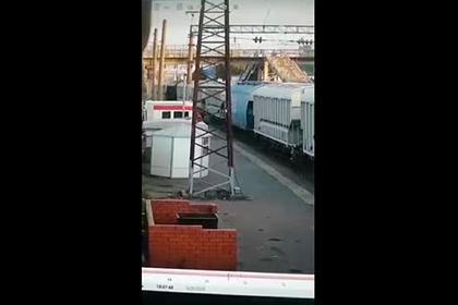 Россиянин залез на вагон поезда, получил мощный удар током и попал на видео