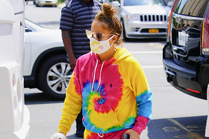 Дженнифер Лопес засняли на улице в популярной в 90-х одежде люксовой фирмы