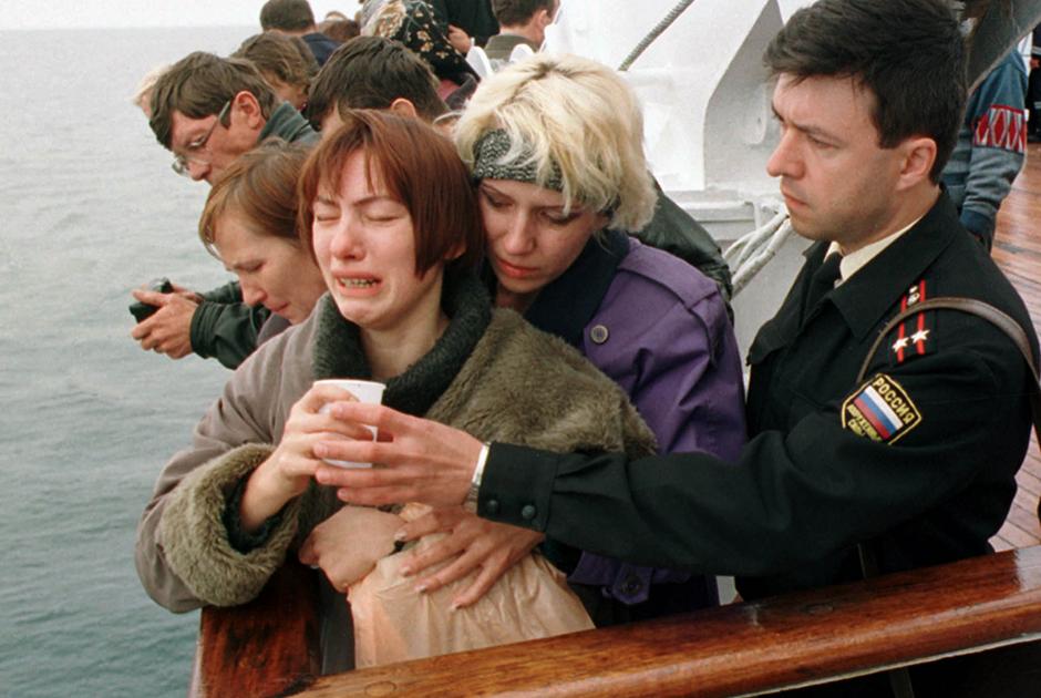 Родственники погибших подводников на месте, где затонул «Курск». Баренцево море, 22 августа 2000 года