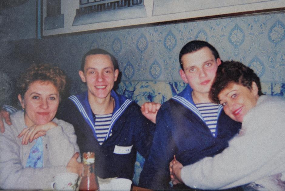 Матросы-земляки Алексей Некрасов и Дмитрий Старосельцев с матерями