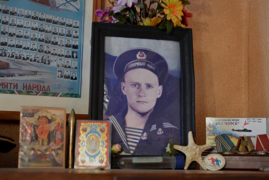 Фотография старшины II статьи Юрия Анненкова в доме его родных, Курская область