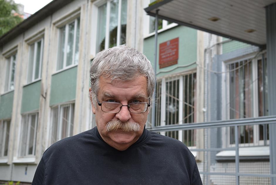 Полковник ВМФ Алексей Расшивалов во дворе школы №134 имени Сергея Дудко в Санкт-Петербурге