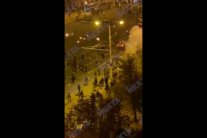 В Белоруссии автомобиль въехал в толпу ОМОНа