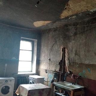 В российской многоэтажке потолок обрушился на ребенка
