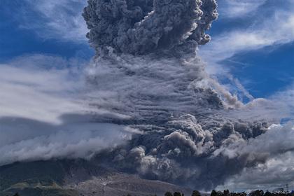 Мощное извержение вулкана на популярном курорте попало на видео