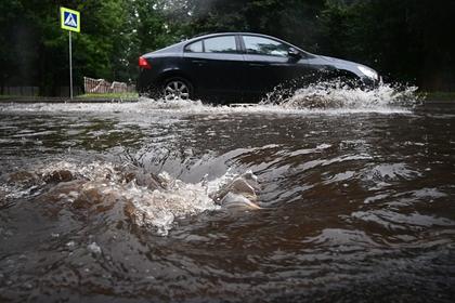 Окатившего пешеходов водой из лужи водителя оштрафовали на 80 тысяч рублей