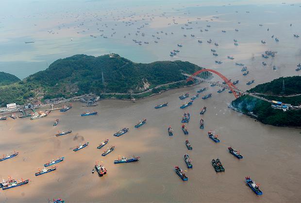Рыбацкие лодки возвращаются в порт Нинбо в китайской провинции Чжэцзян