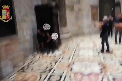 Вооруженный захват мигрантом заложника в Миланском соборе попал на видео