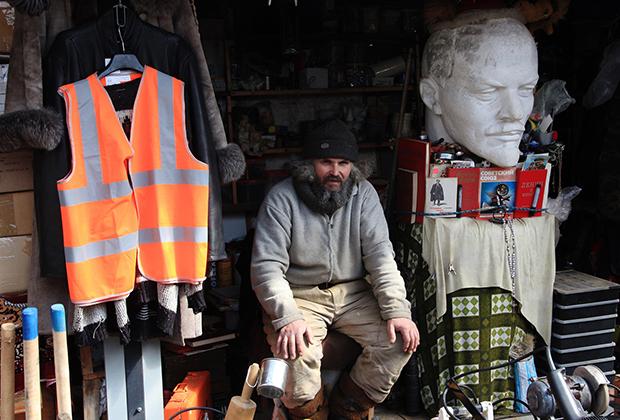 Продавец на блошином рынке у станции Удельная, Санкт-Петербург