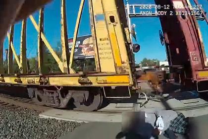 Молниеносная реакция полицейского спасла мужчину от гибели под колесами поезда