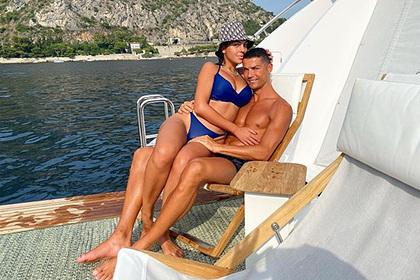 Роналду выложил фото с невестой в купальнике и заставил фанатов завидовать