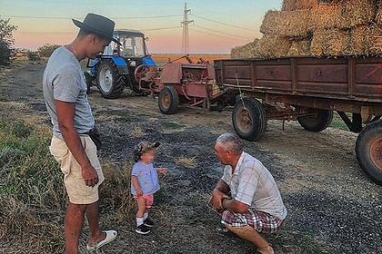 Таксист выбросил туристку с годовалым ребенком в поле в Крыму