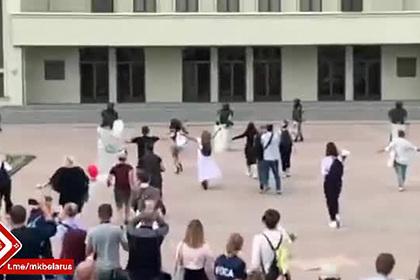 Белоруски бросились обнимать опустивших щиты омоновцев