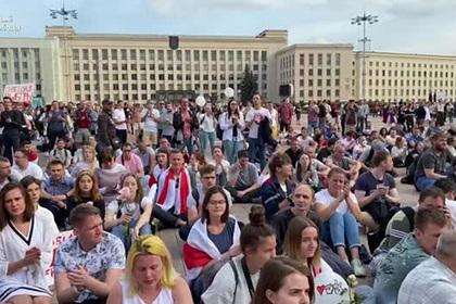 Тысячи протестующих сели на площади Независимости в Минске
