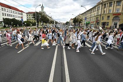Участники мирной акции протеста возле Комаровского рынка в Минске