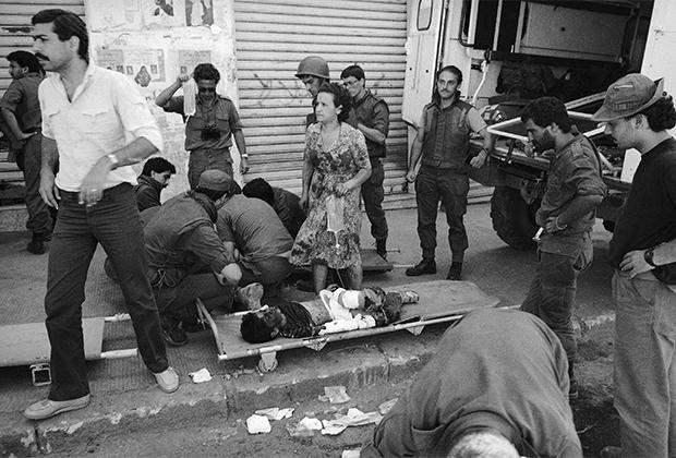 Израильские медики помогают детям, пострадавшим во время столкновений возле ливанского Бхамдуна. Июль 1982 года