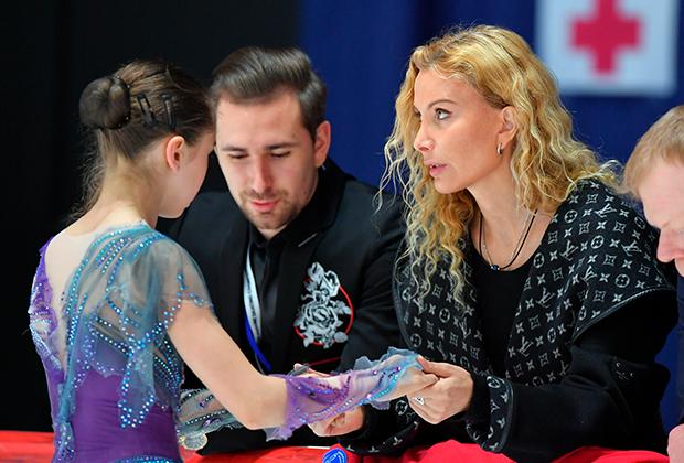 Слева направо: Камила Валиева, Даниил Глейхенгауз, Этери Тутберидзе и Сергей Дудаков
