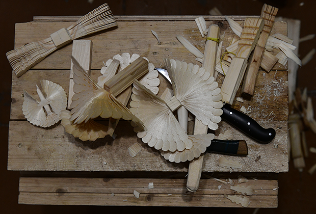 Щепные птицы, которые вешали под потолок избы на счастье — популярный северный сувенир