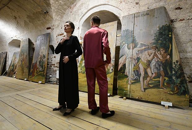 Инсталляция Frol et Lavr в нижнем храме Христорождественского собора в Каргополе