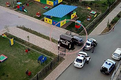 Пьяный россиянин протаранил ворота детского сада и напал на воспитательницу сына