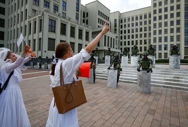 Акция у Дома правительства, когда девушки бросились обнимать ОМОН, 14 августа