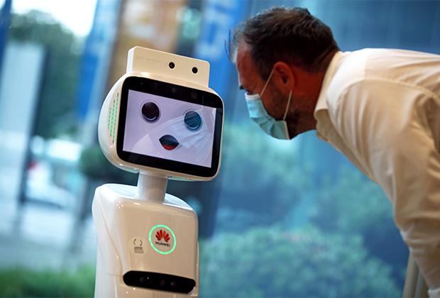 5G-робот, способный измерять температуру человека и контролировать, есть ли на его лице маска