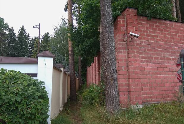 Забор вокруг предполагаемого места жительства Виктора Януковича в Подмосковье
