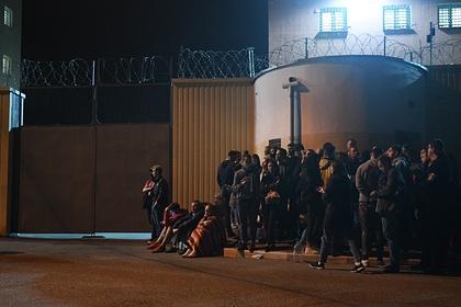 Родственники заключенных дежурят под стенами изолятора