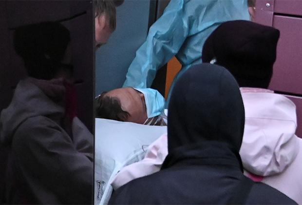 Навального выносят из омской больницы