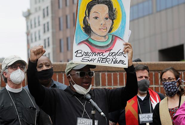 Активисты с портретом Бреонны Тейлор в Бостоне