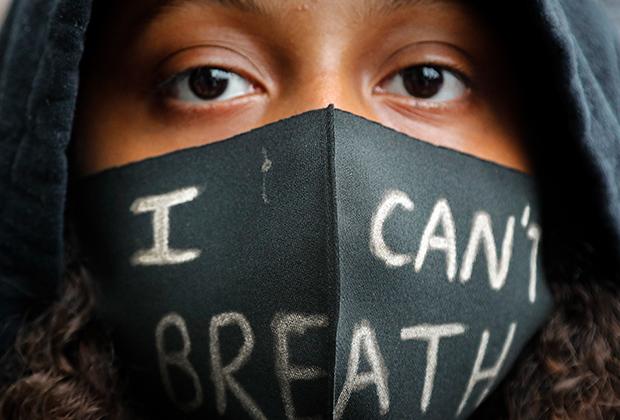 Активистка в маске с надписью «Я не могу дышать», посвященной гибели Джорджа Флойда