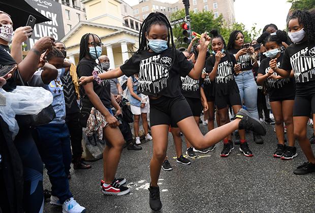 Танцы на площади Black Lives Matter (Галвестон), получившей такое название в июне 2020 года