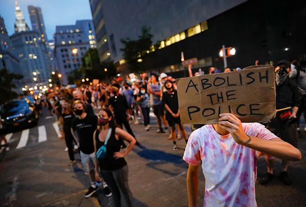 Демонстрант с плакатом «Упразднить полицию»