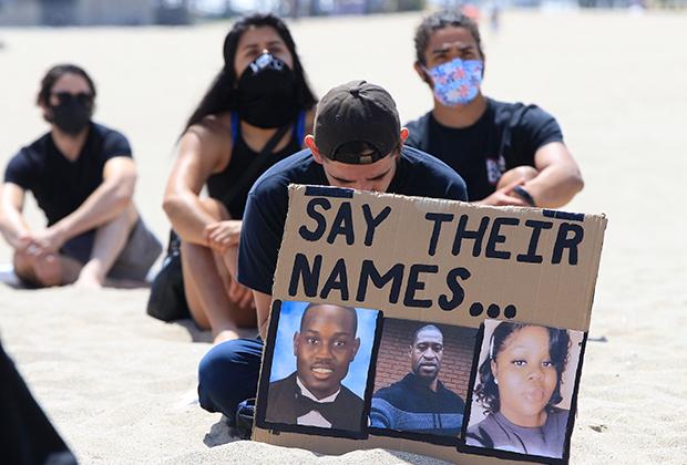 Активисты с плакатом «Скажите их имена» на протесте BLM в июне 2020 года