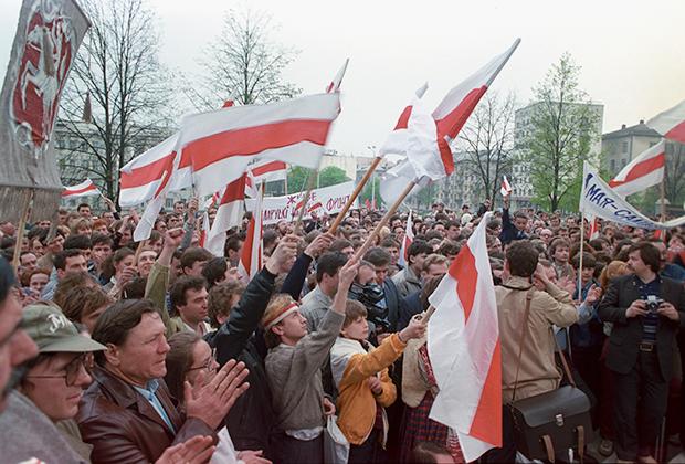 Многотысячный митинг в Минске, организованный националистическим Белорусским народным фронтом «Возрождение».