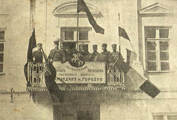 Тогда город находился под властью Польши, которая признала первую национальную республику белорусов.