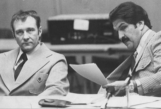 Говард Уиллард (слева) с адвокатом в зале суда
