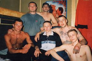 Александр Кушнеров (Саша Кушнер) — в центре. Белорусская исправительная колония №14 (ИК-14) «Новосады», 1999 год