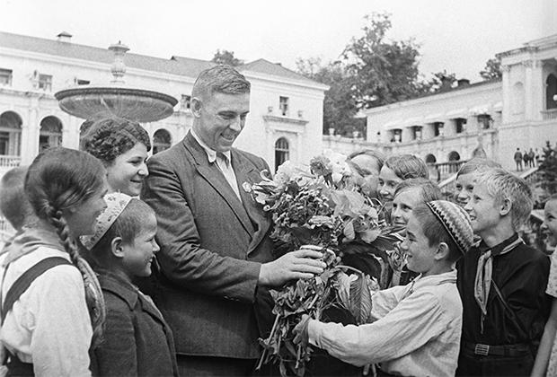 Алексей Стаханов среди пионеров во время отдыха в Сочи