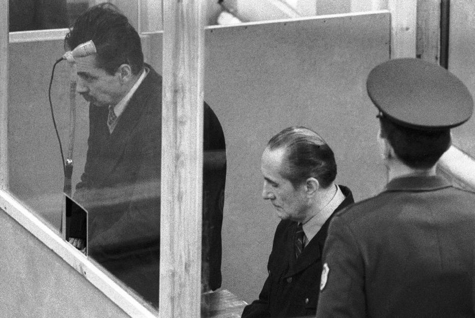 Бывшие капитаны Вадим Марков (справа) и Виктор Ткаченко (слева) в суде
