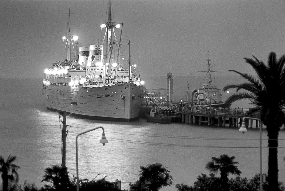 «Адмирал Нахимов» у причала в городском порту Сухуми. 20 июля 1965 года