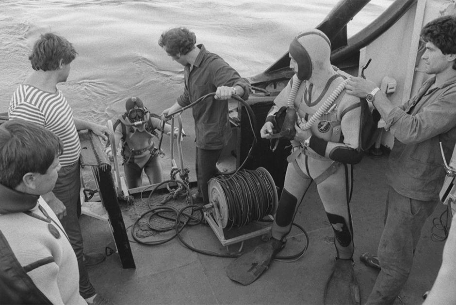 Водолазы спасательного судна «Аметист» перед погружением для поиска пропавших после гибели парохода «Адмирал Нахимов». 7 сентября 1986 года