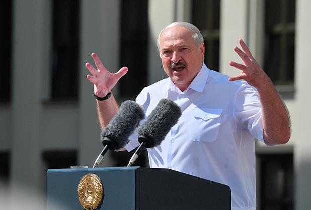 Лукашенко выступает перед собравшимися 16 августа на первом митинге в свою поддержку
