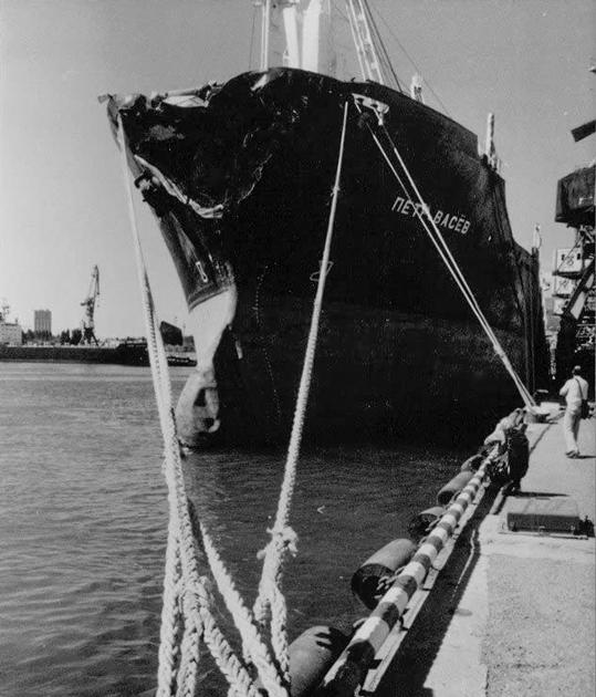 Сухогруз «Петр Васев» после столкновения с «Адмиралом Нахимовым», 1986 год