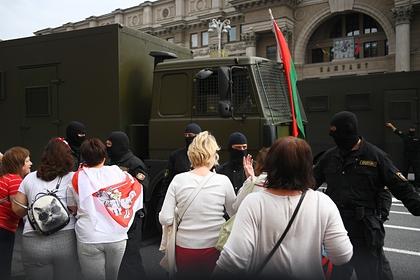 У здания КГБ вМинске протестующие отбили задержанных усиловиков